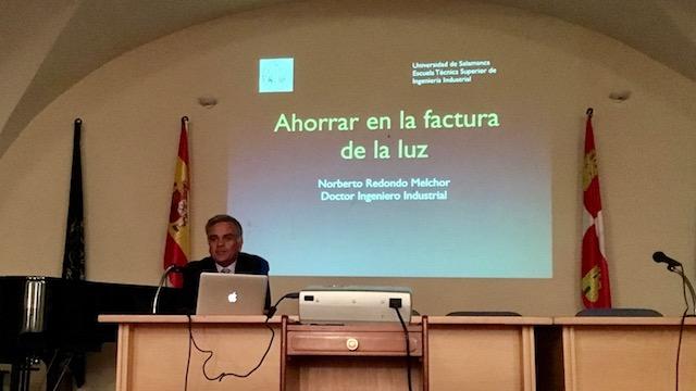 Norberto Redondo Melchor comenzando la conferencia en el Centro Municipal de Cultura San Francisco de Béjar
