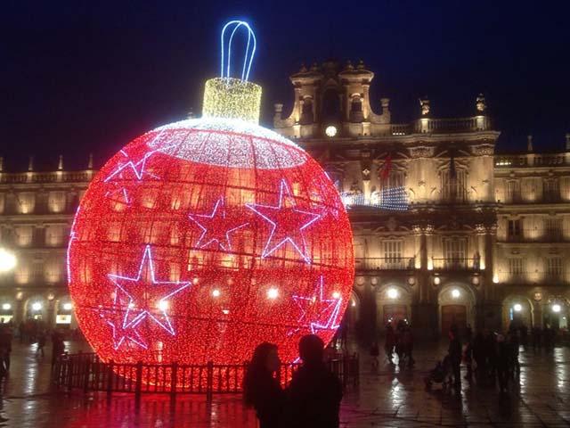 Bola de Navidad en la plaza mayor de Salamanca