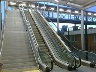 Escaleras de acceso a la pasarela